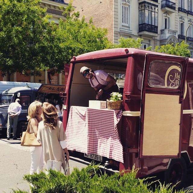 Nuestro super chef hoy en Distrito 1 Calle Ortega y Gasset.Desfiles de moda, conciertos, food trucks y mucho mas… #bagels #bagel #bread #meat #distrito #salamanca #madrid #evento #event #foodtruck #ñamñam #avia #foodporn