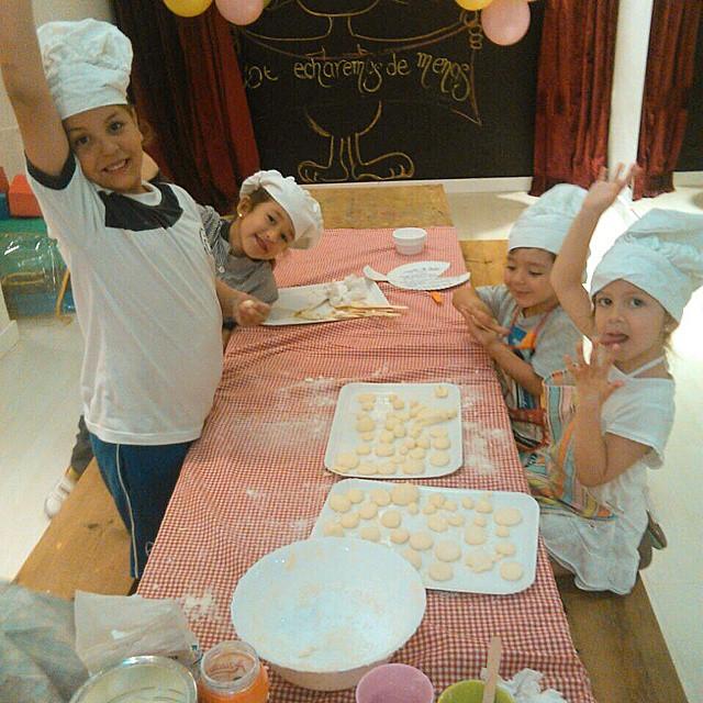 Pequeños gran chefs en @babydeliDe mayor quiere ser como papa #chef #kitchen #pasteles #cocineros #niños #talleres #babydeli #madrid #alcala #emocion #quierosercomopapa