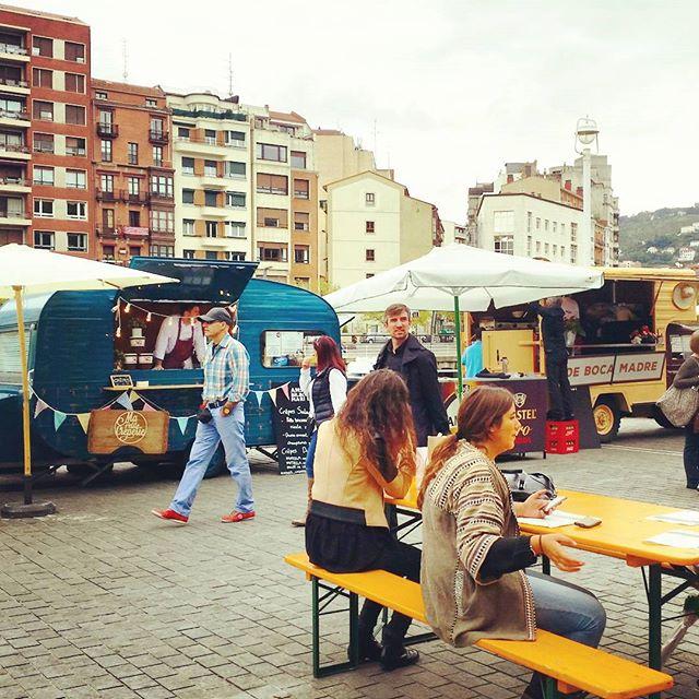 En el Arenal de Bilbao….empieza el autentico Street Food y aqui estamos enfundados del color del norte,  VERDE!!! Good crepes Happy people#vamos #bilbao #bilbo #streetfood #igers #foodtruck #mapetitecreperie #crepes #