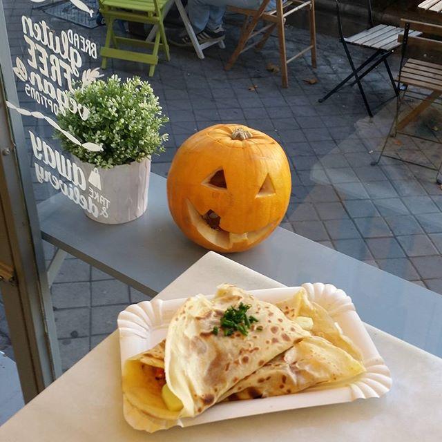 Que mejor plan para empezar el fin de semana que una crepe salada??Os esperamos en nuestro nuevo local en la calle Maria de Molina 18 @maurahotdogsncrepes #crepes #hotdogs #hotdog #perritoscalientes #madrid #igersmadrid #savory #sweetandsavory