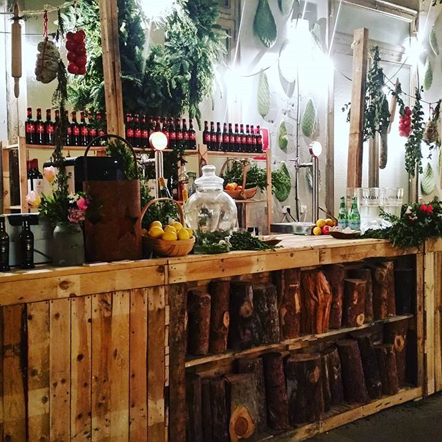 Barras que enamoran.#xmas #christmas  #market #madrid #findesemana #cool #place #deco #nordic #wood #style #igersmadrid #weekend #love